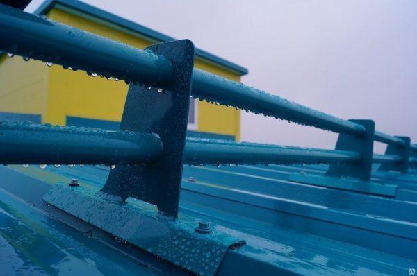 Трубчатые снегозадержатели на кровле из профнастила