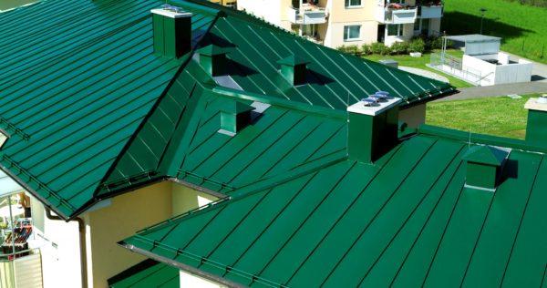 Металлическая крыша многоквартирного дома