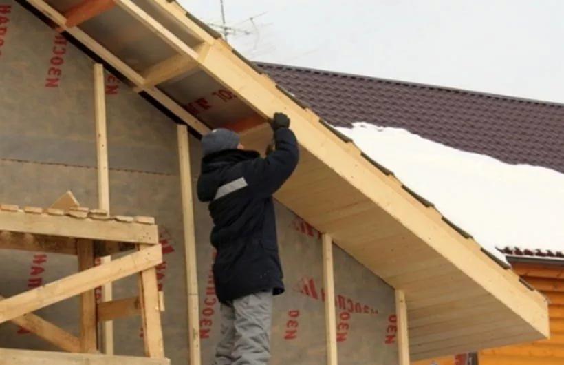 Подшивка двухскатной крыши своими руками