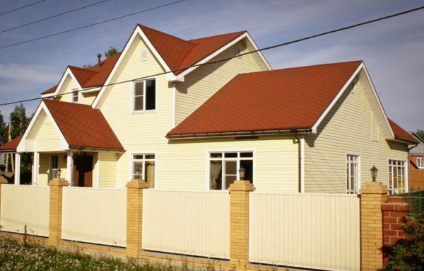 Пример многощипцовой крыши жилого дома