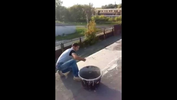 Рабочий делает цементную стяжку
