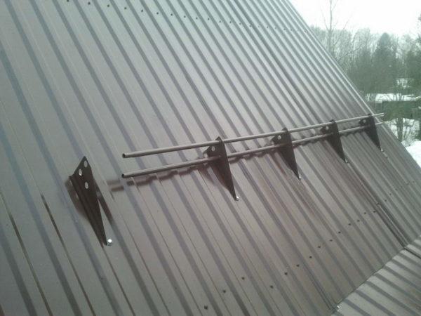 Трубчатые снегозадержатели на крыше из профлиста