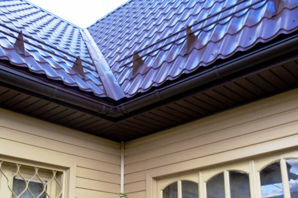 Трубчатые снегозадержатели на крыше дома