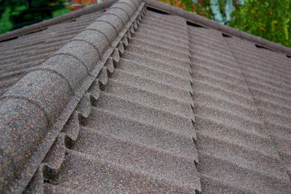 Покрытие крыши из композитной черепицы