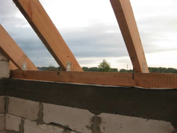 Деревянный мауэрлат на кирпичных стенах