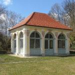 Павильон с вальмовой крышей