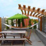 Место для летнего отдыха на плоской крыше