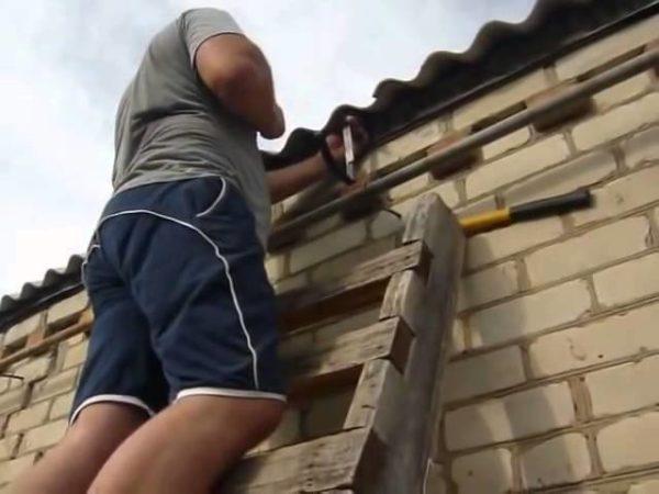 Крепление желобов на готовую крышу