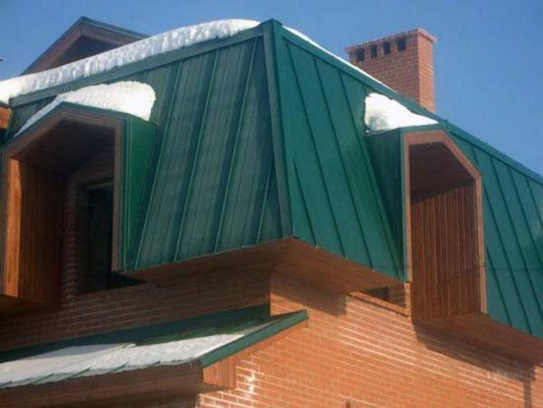 Обшивка фронтона здания с ломаной крышей