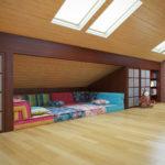 Уютный диван в мансарде
