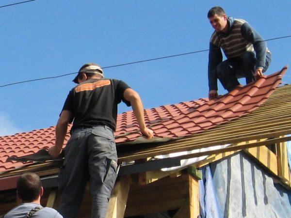 Укладка металлочерепицы на крышу гаража