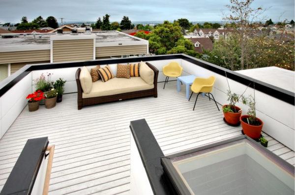 Плоская крыша гаража с зоной отдыха