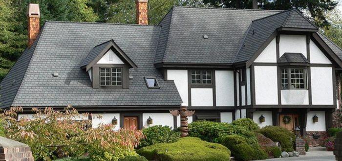 Дом с вальмовой крышей из искусственного сланца, настолько достоверно имитирующего натуральный минерал, что издалека обнаружить «подделку»  практически невозможно