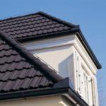 Тёмная композитная черепица на крыше дома