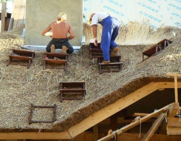 Трапы для передвижения по соломенной крыше