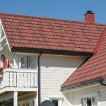 Яркая композитная черепица на крыше жилого здания