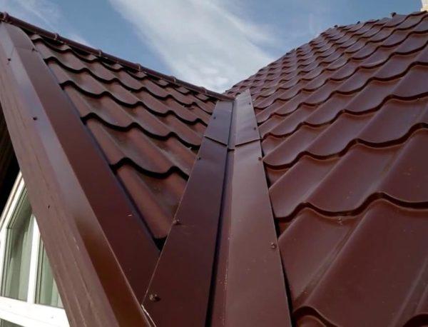 Готовая ендова на крыше из металлочерепицы