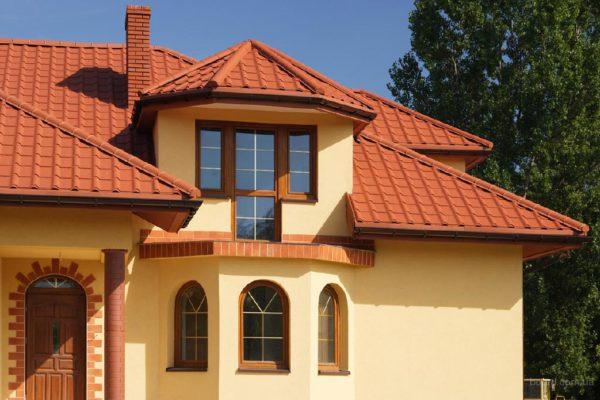 Дом с полимерпесчаной крышей