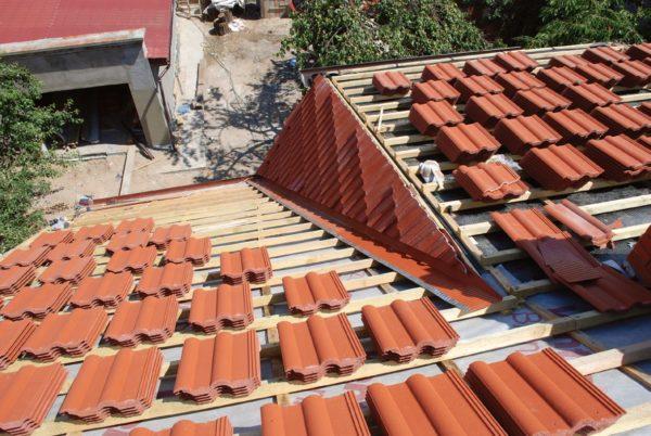 Заготовка черепицы на крыше