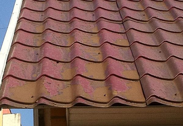 Крыша, на которой повреждён защитный слой металлической черепицы