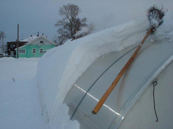 Очистка крыши из поликарбоната от снега