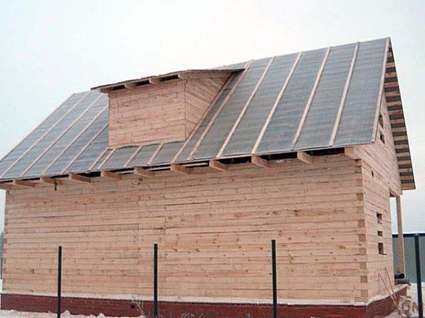 Крыша из рубероида с деревянными рейками