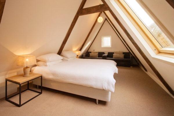 Спальня на мансардной этаже дома