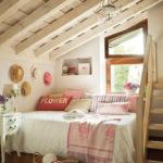 Уютная обстановка спальни в мансарде