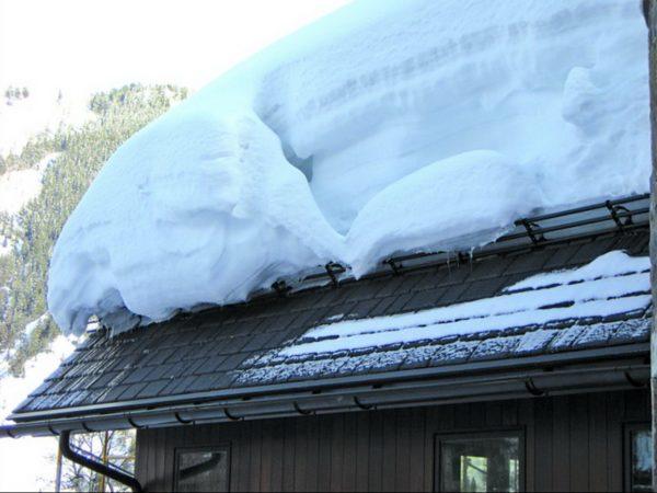 Прочные снегозадержатели на двухскатной крыше