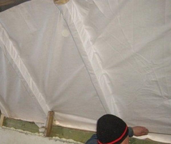 Монтаж гидроизоляции изнутри скатной крыши