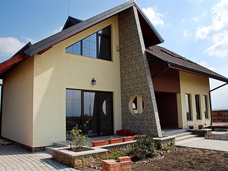 Современный дизайн ломаной крыши
