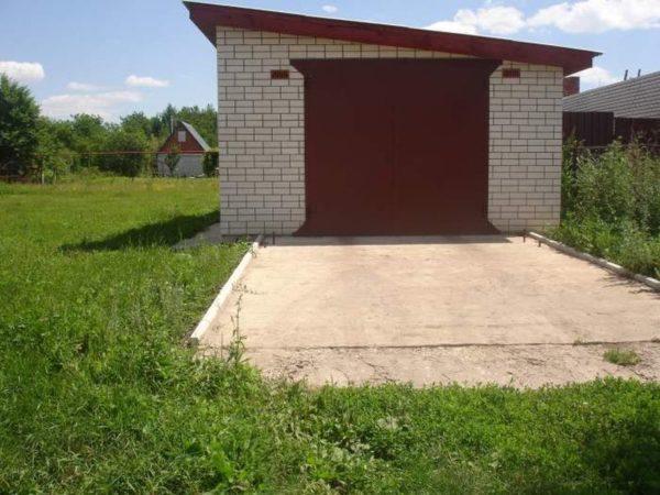 Вариант гаража с наклонной крышей