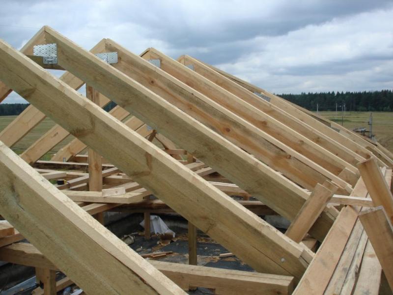 Крепление стропил крыши дома