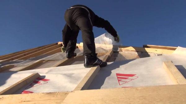 Укладка паробарьера на крышу гаража