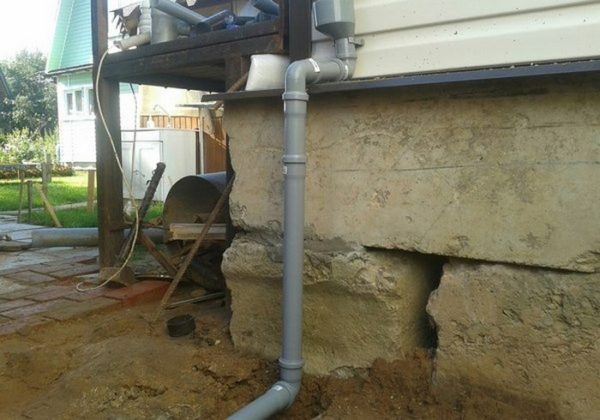 Водосток из серых канализационных труб
