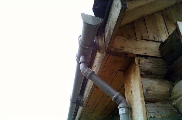 Соединение жёлоба с водосточной трубой